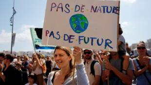 Militantes ecologistas desfilan para pedir a los líderes del mundo medidas contra el cambio climático. Marsella, Francia, 8 de septiembre de 2018.