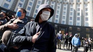 Plusieurs centaines de petits entrepreneurs ont manifesté devant le siège du gouvernement ukrainien ce mercredi 29 avril.