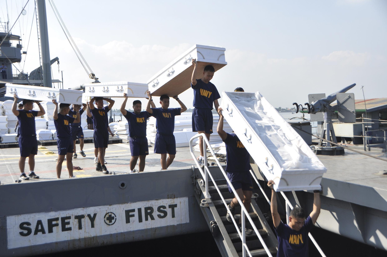 Hải quân Philippines vận chuyển hàng cứu trợ nạn nhân bão Bopha, ngày 11/12/2012.