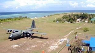 Máy bay vận tải quân đội Philippines trên đảo Thị Tứ, Trường Sa, Biển Đông