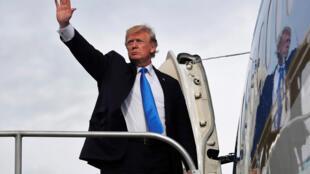 Tổng thống Mỹ Donald Trump lên chuyên cơ Air Force One tại sân bay quốc tế Ninoy Aquino, Manila, để về nước, ngày 14/11/2017