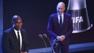Un ami du footballeur togolais Francis Koné recevant le prix fair-play de la Fifa à Londres, lundi 22 octobre.