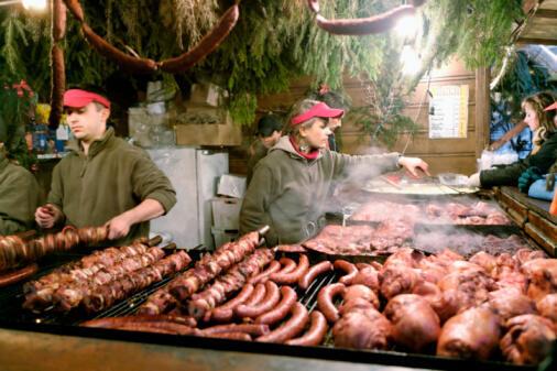Les viandes cuites directement sur la flamme ne doivent pas être consommées régulièrement. Ici, dans un restaurant de Cracovie, en Pologne.