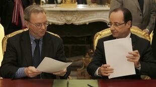 Google boss Eric Schmidt, signs the deal with French President François Hollande