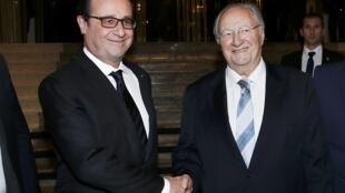 François Hollande (g.) et le président du Crif, Roger Cukierman à Paris le 23 février 2015.