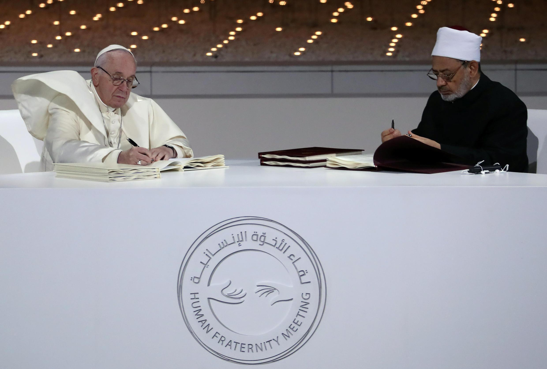 Papa Francis na Imam Mkuu wa Al-Azhar, Sheikh Ahmed al-Tayeb wakitia saini kwenye hati kuhusu vita dhidi ya ubaguzi, wakati wa mkutano kidini, Februari 4, 2019.