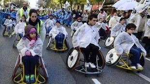 Manifestation de milliers d'handicapés dans les rues de Madrid contre leurs conditions de vie aggravées par la politique d'austérité menée par le gouvernement, le 2 décembre 2012.