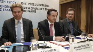 Les représentants du FMI, Poul Thomsen (g), de l'Union européenne, Servaas Deroose (c) et de la BCE, Klaus Masuch (d), à Athènes, le 11 février 2011.