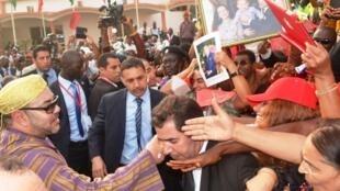 Bain de foule pour le roi du Maroc Mohammed VI à Conakry, le 3 mars 2014.