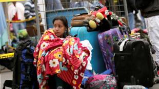 Una venezolana espera para registrar su entrada a Ecuador, en el Puente Internacional Rumichaca, este 19 de agosto de 2018.