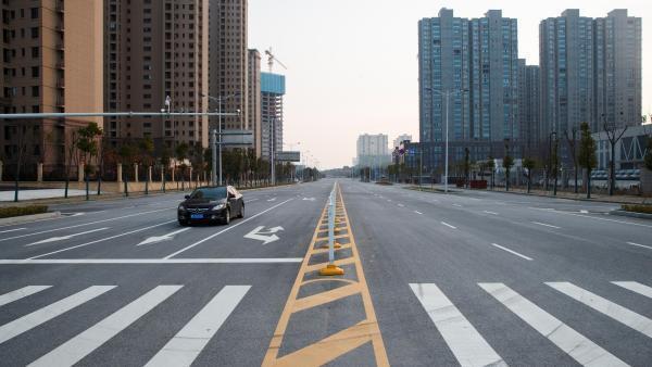 Un véhicule circule dans les rues vides de la ville de Yueyang, dans la province du Hunan, le 28 janvier 2020.