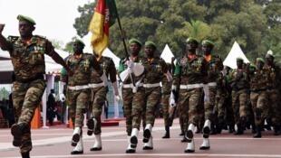 Des soldats camerounais paradent à Abidjan, le 7 août 2016.