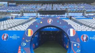 A França defronta a Roménia no Stade de France, nos arredores de Paris.