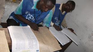 Les travailleurs de la Ceni enregistrent les résultats au bureau de vote de l'Ecole Diyavanga à Masina, Kinshasa lors des élections en 2011. Photo d'illustration.