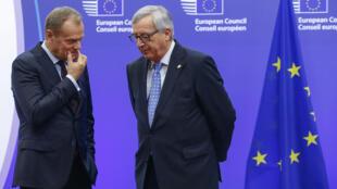 Donald Tusk (kushoto), Rais wa Baraza la Ulaya pamoja na Rais wa Tume ya Ulaya Jean-Claude Junkcer, tarehe 17 Februari 2016 Brussels.