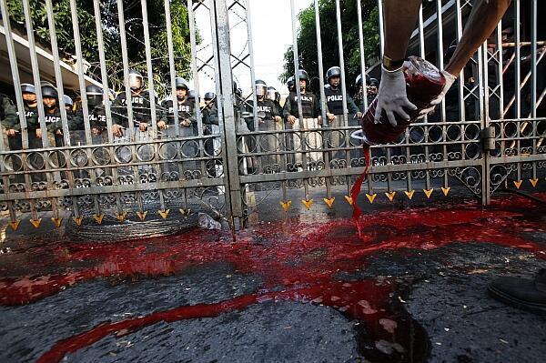 Los manifestantes arrojaron sangre frente a la sede del Gobierno, el martes 16 de marzo de 2010.