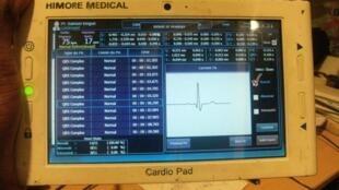 L'un des premiers exemplaires du CardioPad, cette tablette à utilité médicale made in Afrique.