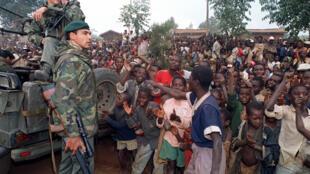 Des réfugiés hutu, le 3 juillet 1994, accueillent l'armée française dans leur camp près de Butare.