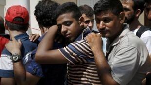 Le Haut Commissariat des Nations unies aux réfugiés (HCR) demande à la Grèce de maîtriser le «chaos» qui règne dans les îles de la Méditerranée. Ces migrants attendent d'être enregistrés au stade de Kos. Photo datée d'août 2015.