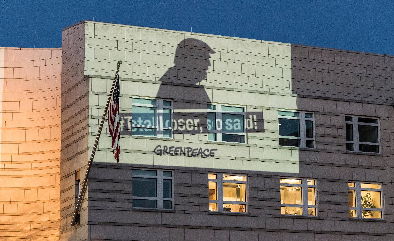 Greenpeace chiếu hình ảnh tổng thống Donald Trump lên tường sứ quán Mỹ ở Berlin, Đức, để phản đối việc Hoa Kỳ rút khỏi thỏa thuận khí hậu Paris, ngày 02/06/2017
