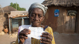 """Une des occupantes du camp de """"sorcières"""" de Kukuo, Ghana, le 7 décembre 2016, jour des élections présidentielle et législatives."""