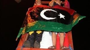 Em Trípoli, rebeldes comemoram a vitória, no dia 22 de agosto de 2011.