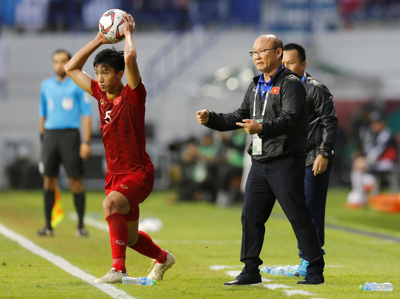 Huấn luyện viên Park Hang-seo chỉ đạo các cầu thủ Việt Nam trong trận tứ kết Asian Cup gặp Nhật Bản trên sân Al-Maktoum Stadium, Dubai ngày 24/01/2019.