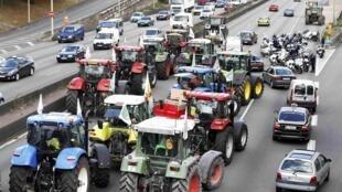 Đoàn máy cày của nông dân Pháp đang trên xa lộ tiến về Paris ngày 03/09/2015.
