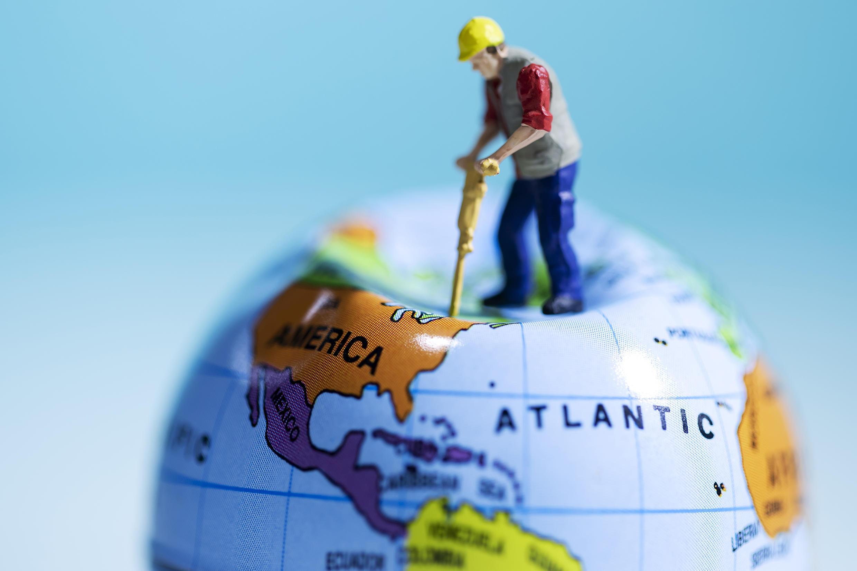 Ilustração mostra um boneco usando uma britadeira sobre o globo, Paris 20 de agosto de 2018