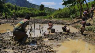 Dans ce village de cultivateurs-éleveurs, les familles se servent d'une partie de leurs rizières pour faire de l'orpaillage entre juillet et octobre (saison sèche).