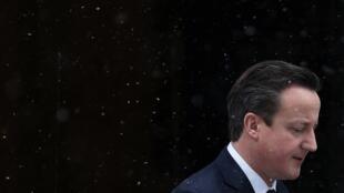 David Cameron deixa Downing Street, nesta manhã, sob a neve.
