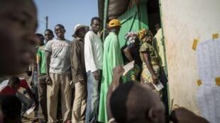 Les Centrafricains font la queue dans un bureau de vote à Bangui, le 13 décembre 2015.