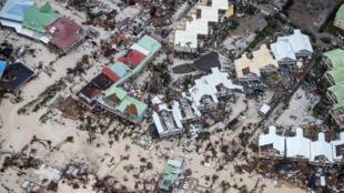 Porto de São Martinho inundado depois da passagem do furacão Irma nesta quarta-feira (6).