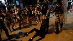 Cảnh sát bắt giữ một người biểu tình trong cuộc tuần hành lễ hội Halloween tại Hồng Kông ngày 31/10/2019.