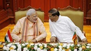 Le Premier ministre Nardendra Modi et le président sri lankais Maithripala Sirisena à Colombo, le 13 mars 2015.