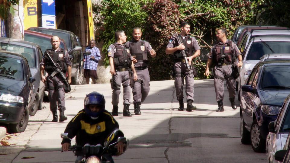 """Cena do documentário brasileiro """"UPPs: a pacificação das favelas"""""""