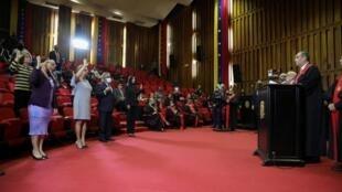 La Cour suprême vénézuélienne a nommé, vendredi 12 juin, de nouveaux membres à la tête de la commission électorale nationale qui sera chargée de superviser les élections législatives.