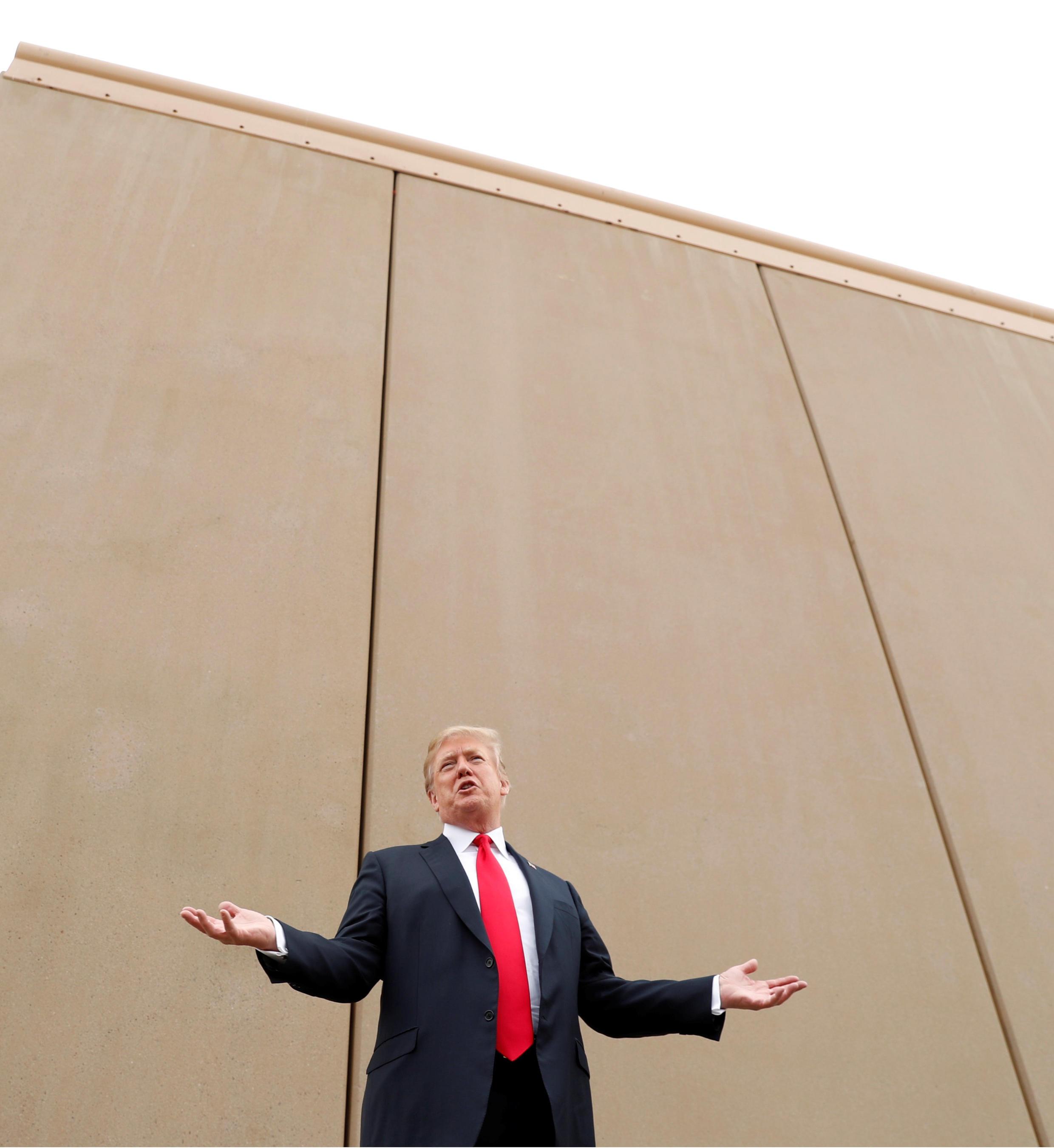 Tổng thống Trump trước hình mẫu bức tường mà ông muốn xây dựng ở biên giới với Mêhicô. Ảnh chụp tại San Diego, California, ngày 13/03/2018.