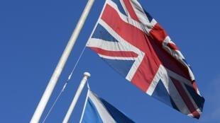 As bandeiras da Escócia e do Reino Unido poderão, em breve, se separar.