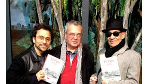 José Cuneo, Antoine de Kerversau et Alfredo Arias devant le décor de la pièce El Tigre