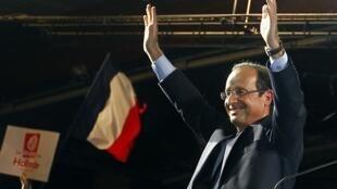 O candidato socialista às eleições presidenciais francesas, François Hollande, durante discurso desta quarta-feira na cidade de Mérignac.