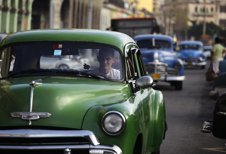 En una calle de La Habana, los famosos 'almendrones'.