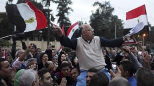 Un manifestant anti-Morsi chante des slogans face au palais présidentiel du Caire, le 4 décembre 2012.