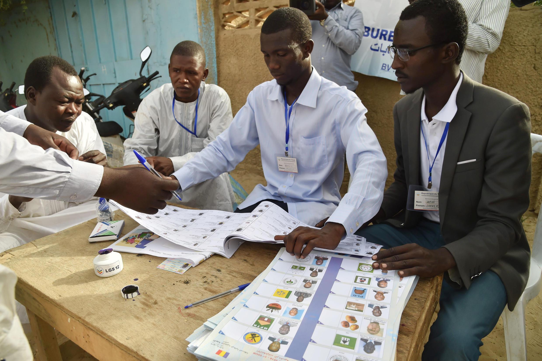 Un bureau de vote de Ndjamena, lors du premier tour de la présidentielle au Tchad, le 10 avril 2016.