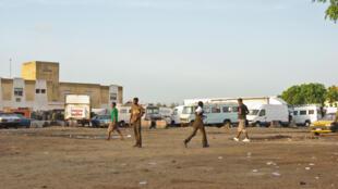 Quelques bus abandonnés sur le site de l'ancienne routière pompiers de Dakar. Ils disparaitront bientôt, remplacés par 17 tours de 10 étages qui sortiront de terre dans 24 mois. 700 familles habiteront la cité de l'émergence.