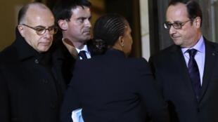 Réunion de crise, le 9 janvier 2015, à l'Elysée autour de François Hollande: Bernard Cazeneuve, ministre de l'Intérieur (g) ; Manuel Valls, Premier ministre (c) et Christiane Taubira, ministre de la Justice (de dos).