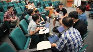 Des hackers de g0v en pleine discussion à l'institut des sciences de l'information de l'Academia Sinica de Taipei, à Taïwan.