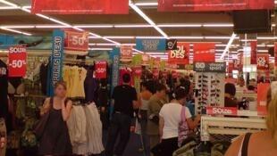 Ambiance de soldes dans un grand magasin en France.