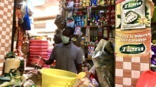 Au marché Police des Parcelles Assainies, à Dakar, les préparatifs d'un ramadan inédit. Le mois sacré de jeûne pour les musulmans rime habituellement avec une forte consommation des ménages.