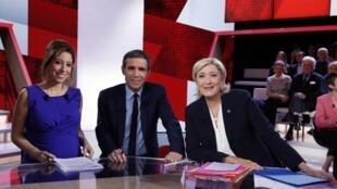 Марин Ле Пен в окружении журналистов France 2